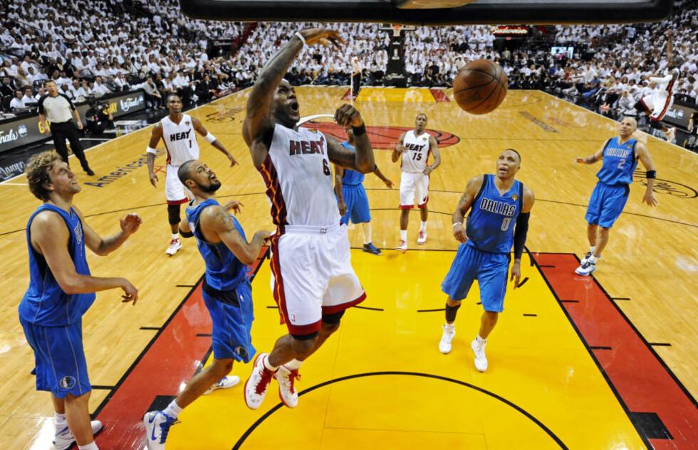 24 POENG: Miami Heat's LeBron James kan dunke, her setter han to poeng i den første NBA-finalen. Foto. AP/Larry W. Smith