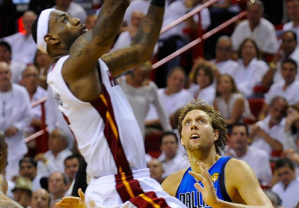 Dirk Nowitzki glimtet til da Dallas Mavericks kom tilbake og utlignet til 1-1 i kamper mot Miami Heat i den andre finalekampen i NBA-sluttspillet torsdag. Her i duell med Le Bron James. Foto: EPA/TANNEN MAURY CORBIS