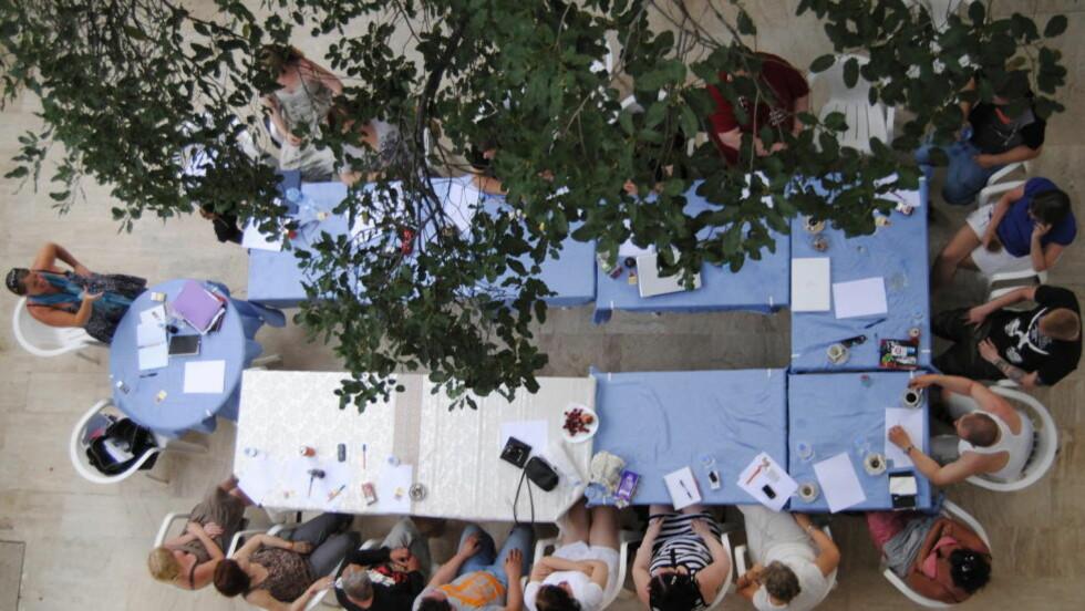 KREMTUR: I tyrkiske Kemer er 11 brukere fra Oslo og Drammen og 12 fagfolk, blant annet ansatte fra Nav, samlet på kurs. Prislappen er på nesten 30 000 kroner per person. Her fra kurset i går kveld som handlet om læring om å møte hverandre med respekt. Foto: Marte Østmoe