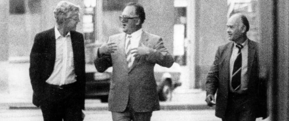 DET IKONISKE BILDET: Dette bildet som riksadvokaten sendte ut i forbindelse med avsløringen av Arne Treholt i 1984 viser Treholt i samtale med de russiske agentene Gennadij Titov og Aleksandr Lopatin på gata i Wien 20. august 1983.  Foto: Overvåkningspolitiet / NTB Pluss arkiv
