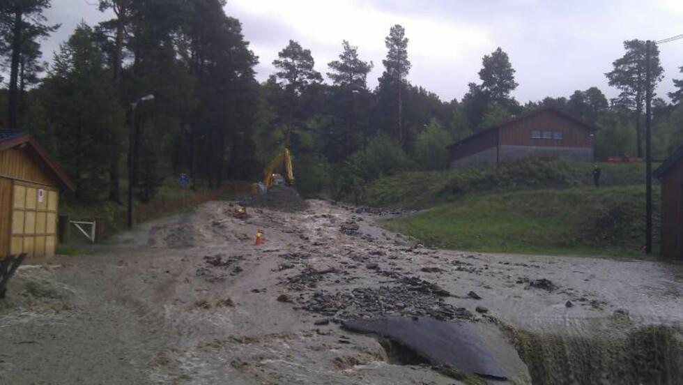 RASER UT: I Dombås har vannmassene dratt med seg jord og løsmasser. Foto: Andreas Killi