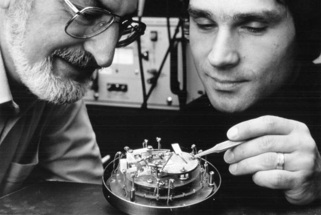 SATSER PÅ FORSKNING: IBM-forskerne Heinrich Röhrer og Gerd Binnig ved IBMs forskningslaboratorium i Zurich fikk Nobelprisen i fysikk i 1986 for oppfinnelsen av tunnelmikroskopet. Foto: IBM