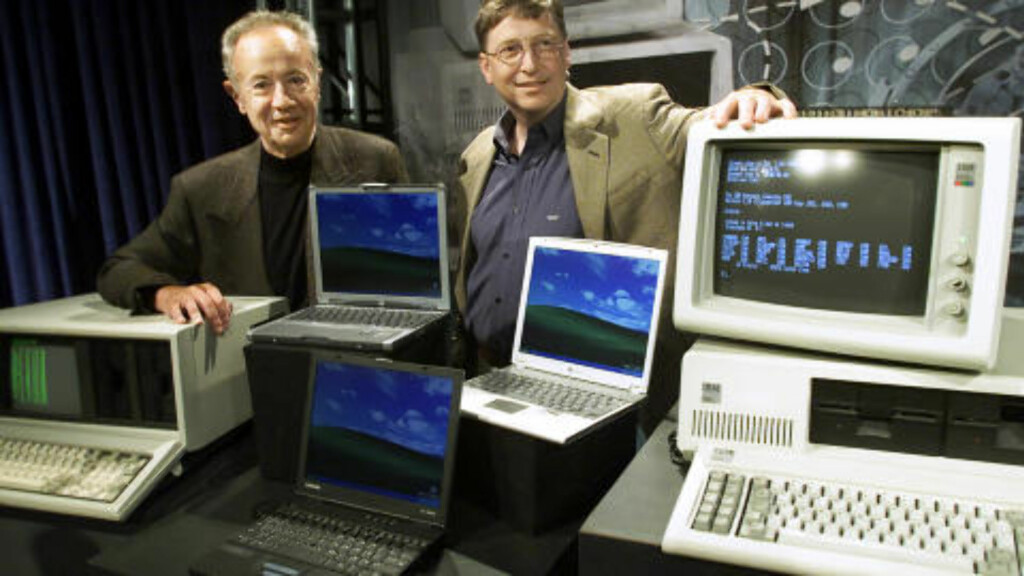 DE SOM STAKK AV MED PENGENE: Intel-sjef Andy Grove og Microsofts Bill Gates feirer 20-års-jubileet for IBMs PC i 2001. Verdens ledende produsenter av mikroprosessorer og operativsystem for PC vokste seg store på IBMs teknologi. Foto: SCANPIX