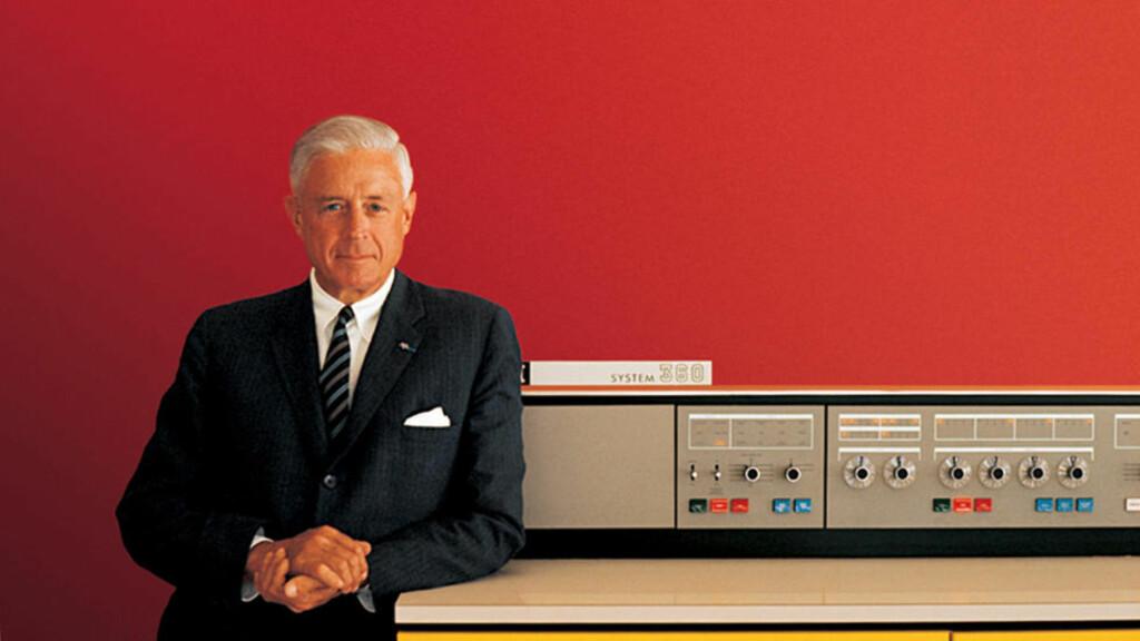 BIG IRON: En stolt IBM-toppsjef, Thomas J. Watson jr., med en System 360 stormaskin i 1964. Foto: SCANPIX