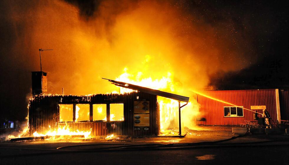 STOR BRANN: Det brenner natt til torsdag i en hangar på Geiteryggen flyplass ved Skien. Flere fly har gått tapt i brannen  Foto: Torbjørn Tungesvik / Varden / NTB scanpix