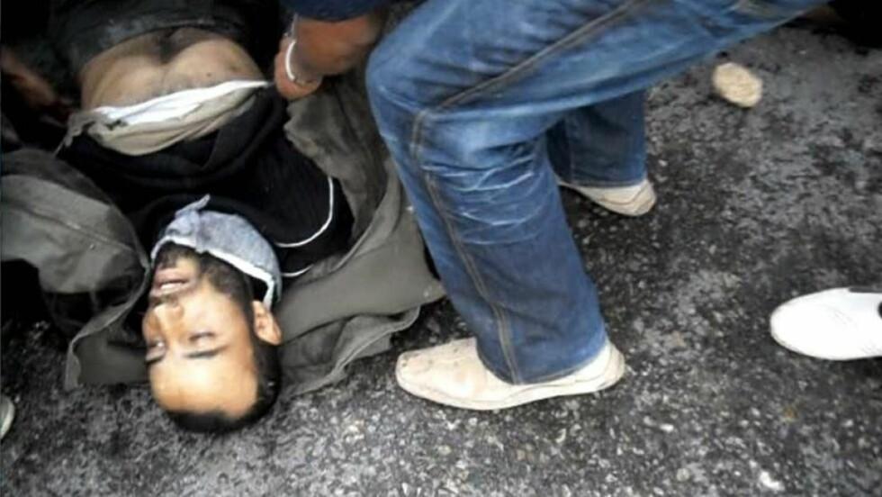SKADD: En skadd tunisisk demonstrant i Regueb i Tunisia. Minst 14 er drept i sammenstøt i helgen. Foto:EPA/SCANPIX