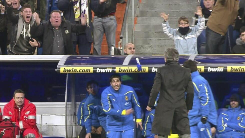 REAGERTE: Villarreal-spilleren Ruben Gracia tålte ikke José Mourinhos feiring - og kastet ei flaske mot ham. Foto: GOL TV/EPA