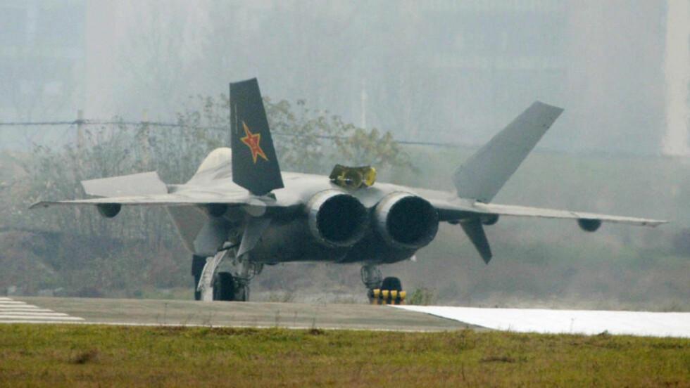 DETTE FLYET SKREMMER USA. Bildene viser at den første prototypen av flyet J-20 er ferdig. Kina planlegger å begynne testingen av flyet om en måneds tid, og målet er at flyet skal tas i bruk i 2017. Foto: SCANPIX