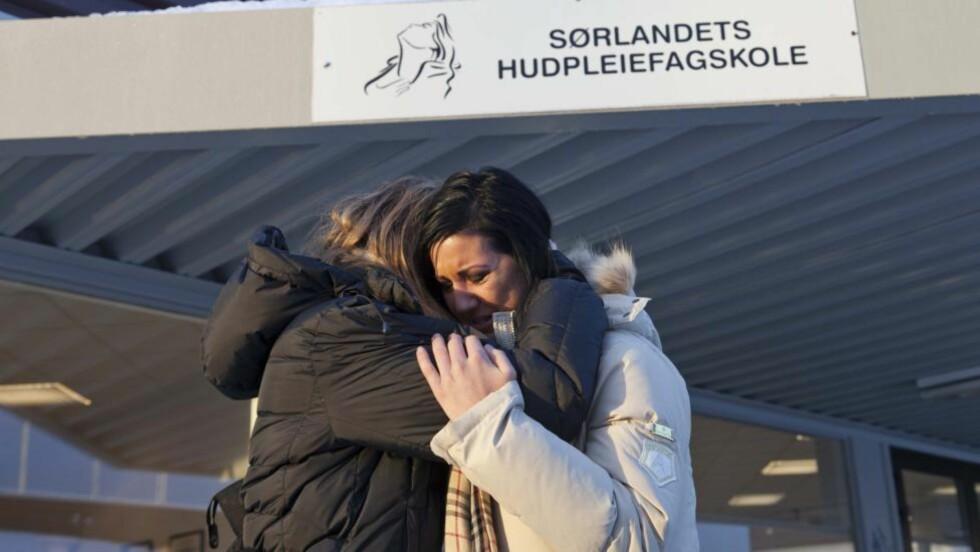 SØRGER: Elisabeth Heltne (18) og Kristina Gjermunds (19) beskriver venninnen Constansa «Connie» Hernandez som en blid jente med klare mål. Foto: Per Flåthe