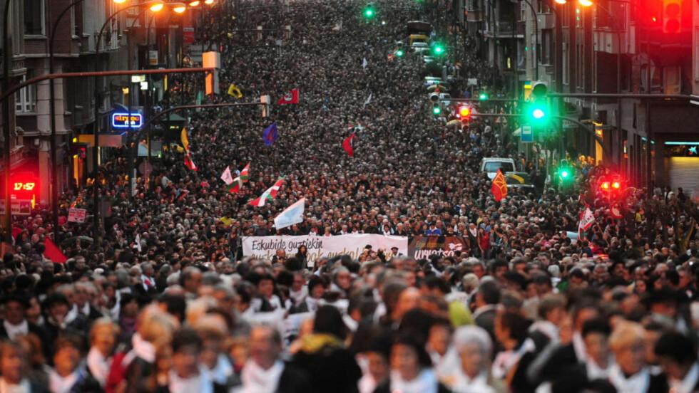 VÅPENHVILE: Lørdag marsjerte tusener av mennesker til fordel for ETA-medlemmer som er fengslet. Nå erklærer ETA våpenhvile. Foto: AFP/Scanpix