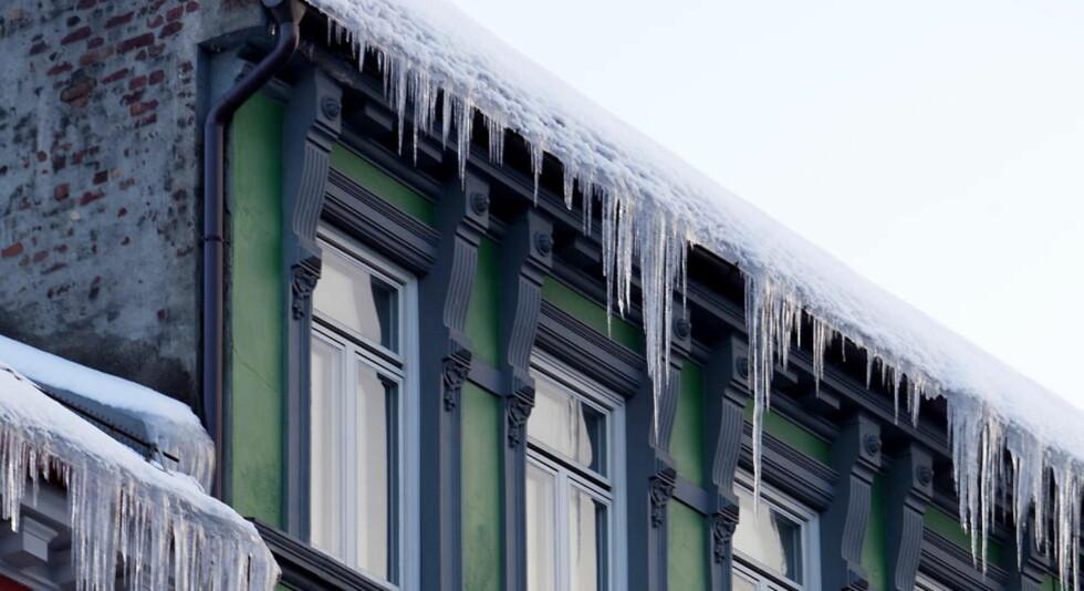 FARLIGE: Når temperaturene stiger, øker faren for at det danner seg istapper som igjen kan skape livsfarlige situasjoner. Foto: Espen Røst / Dagbladet
