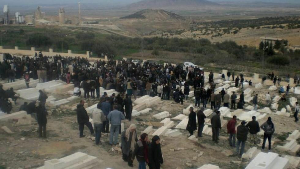 BEGRAVER SINE DØDE: Minst 20 mennesker er døde etter demonstrasjoner mot den tunisiske regjeringen, sier representanter for Piratpartiet. Her en begravelse i byen Tala. Foto: EPA