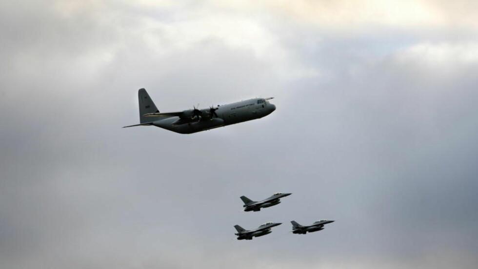 LUFTAS HUMLE: Det var et av Luftforsvarets Hercules-fly som mandag formiddag tok en 90 graders roll i lav høyde over parkeringsplassen på Oslo lufthavn, Gardermoen. Dette bildet ble tatt i 2008 da den nye generasjonen av Hercules-fly kom til Norge, behørig ledsaget av tre F-16-jagere.FOTO: HENNING LILLEGÅRD