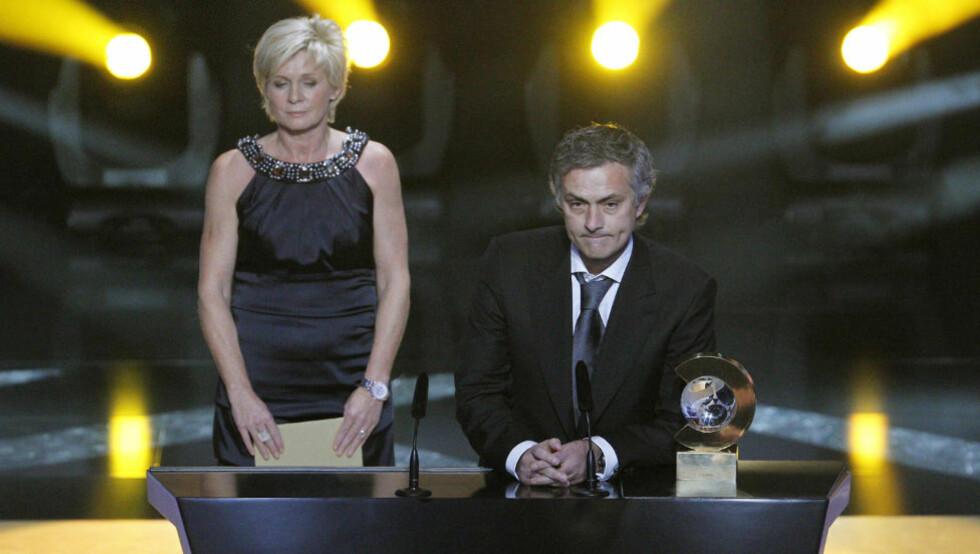 BLE RØRT: José Mourinho ble tydelig rørt da Wesley Sneijder tok ordet fra scenen. Her står han med trenerprisen. Foto: CHRISTIAN HARTMANN/REUTERS