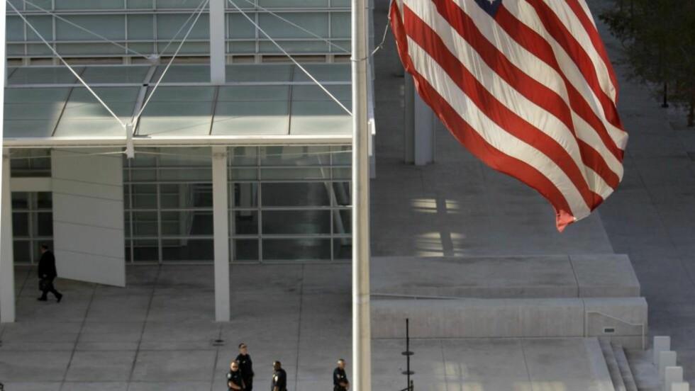 RETTSLOKALENE:  Det flagges på halv stang utenfor rettsbygningen Sandra Day O'Connor i Arizona der Jared Loughner framstilles for varetekt. Foto: AP Photo/Charlie Riedel/Scanpix