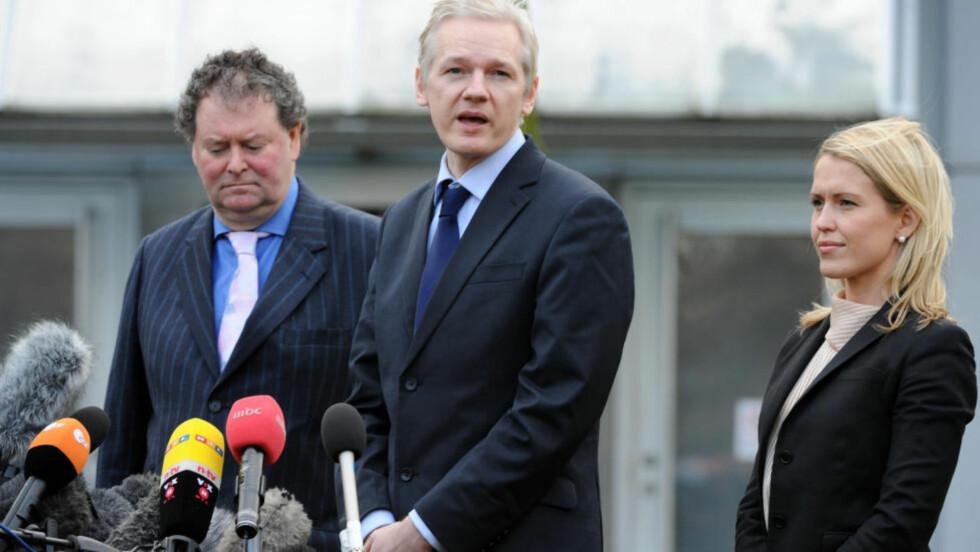 MØTTE I RETTEN: Advokat Mark Stephens (t.v), Assange og advokat Jennifer Robinson var fornøyd med dagens utfall i retten. Foto: Keith Hammett/Dagbladet
