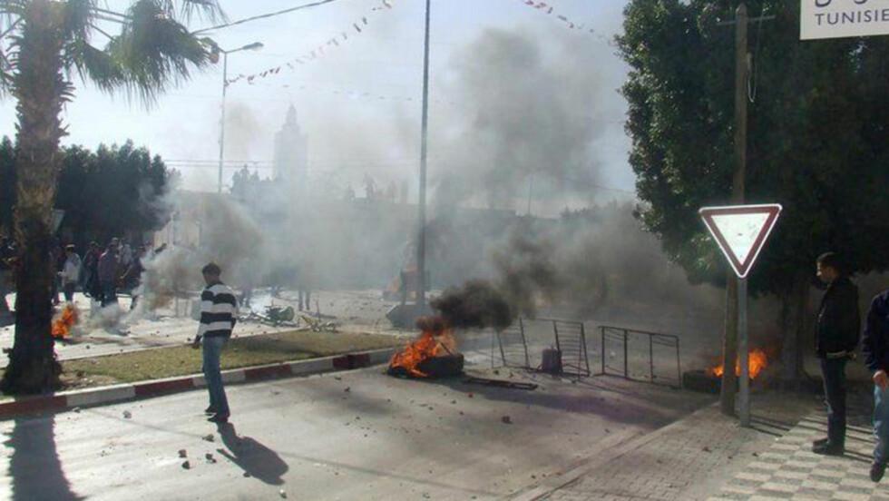 OPPTØYER:  Opptøyene i Tunisia kan ha kostet 50 mennesker livet til nå. Her fra stedet der demonstranter og politi braket sammen i går i byen Sidi Bou Zid.   Foto: REUTERS/Scanpix
