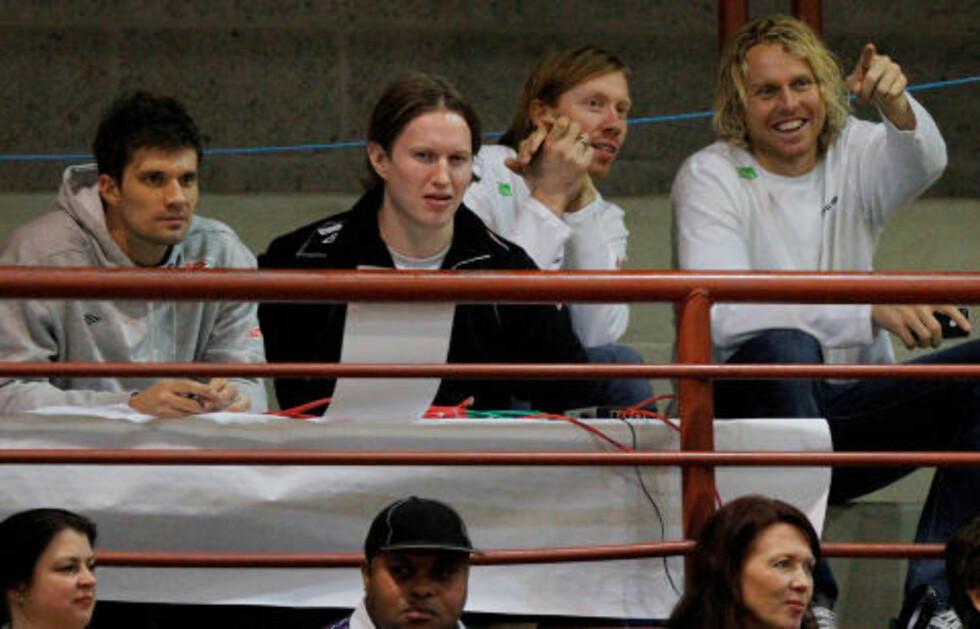 HAR HVILT: Kristian Kjelling spilte bare tre av fem oppkjøringskamper. Her er han på tribunen sammen med Frank Løke, Børge Lund og Erlend Mamelund. Foto: AUDUN BRAASTAD/STELLA PICTURES