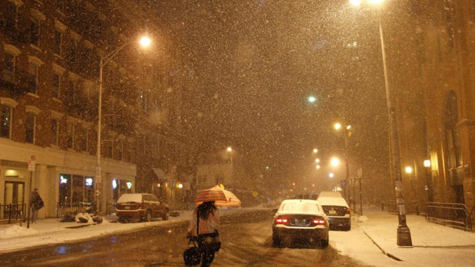 SNØKAOS: På dette bildet fra i går kveld laver snøen ned over Hoboken i New Jersey. I dag ventes det 25 centimeter snø i New York. Foto: REUTERS / Gary Hershorn / SCANPIX