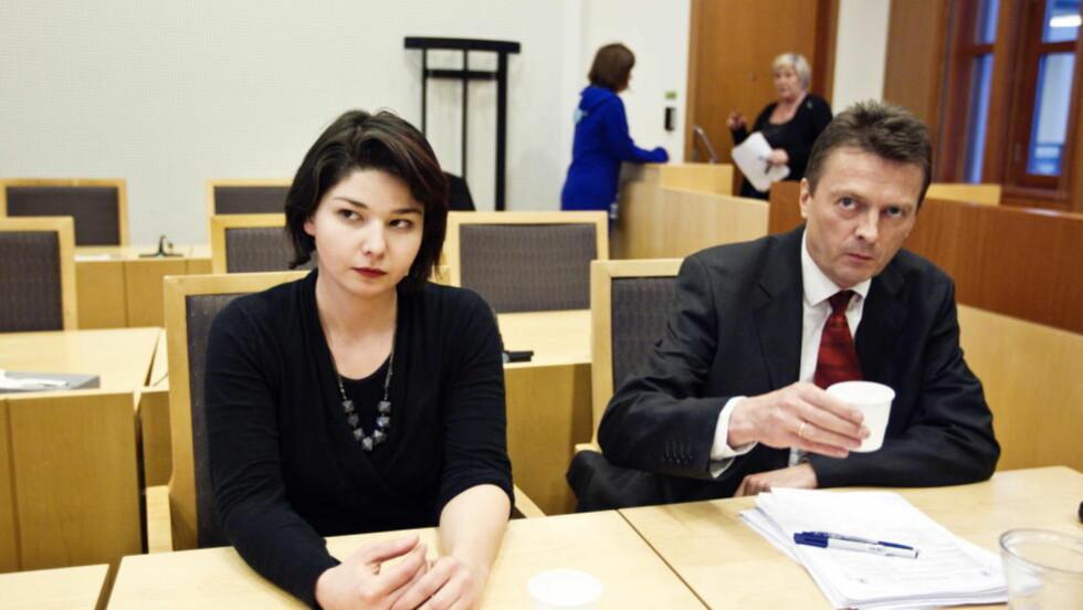 - HAR INGEN STEDER Å DRA:  Papirløse Maria Amelie og hennes advokat Brynjulf Risnes blir  framstilt for fengsling i Oslo tingerett i ettermiddag.Politiets utlendingsenhet krever henne fengslet i to uker. FOTO: CORNELIUS POPPE, SCANPIX.