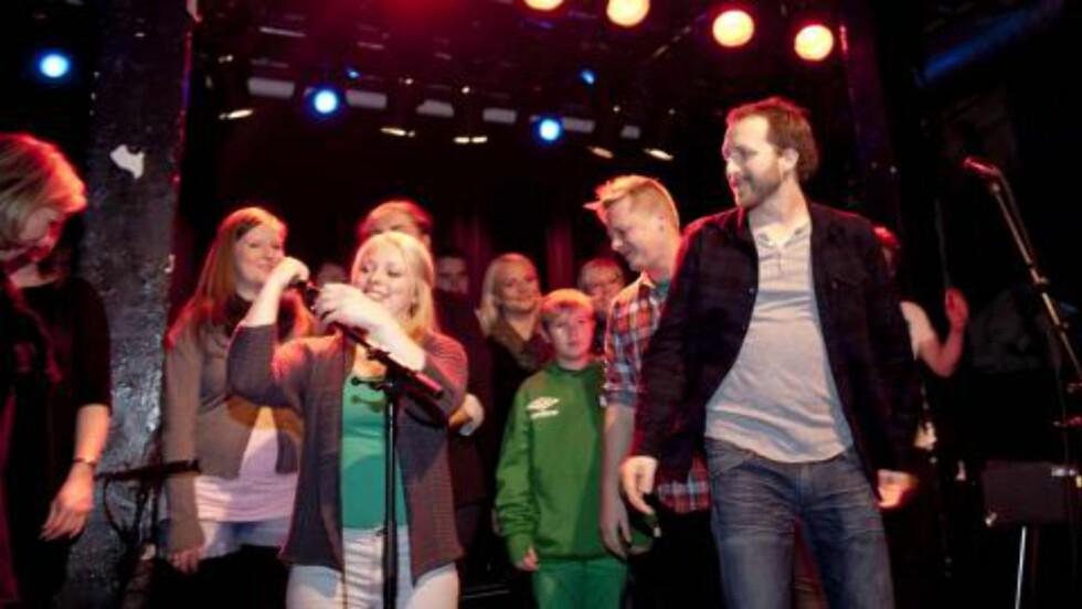 <strong>SANG FOR STATSBORGERSKAP:</strong> Thom Hell tok med seg koret sitt på Blå i kveld. Foto: Sveinung Uddu Ystad