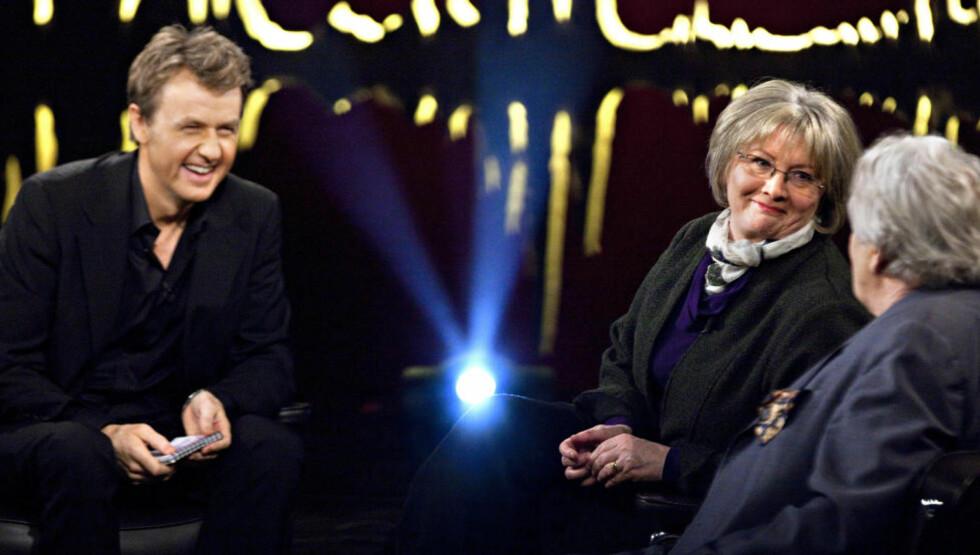 PÅ NRK I KVELD:  Fredrik Skavlan snakker med Eva Gabrielsson om hennes bok kommende om livet med Stieg Larsson. Hun holder kortene tett til brystet og røper ikke mye - så langt. Helt til høyre skuespiller Börje Ahlstedt. Foto: Anders Grønneberg