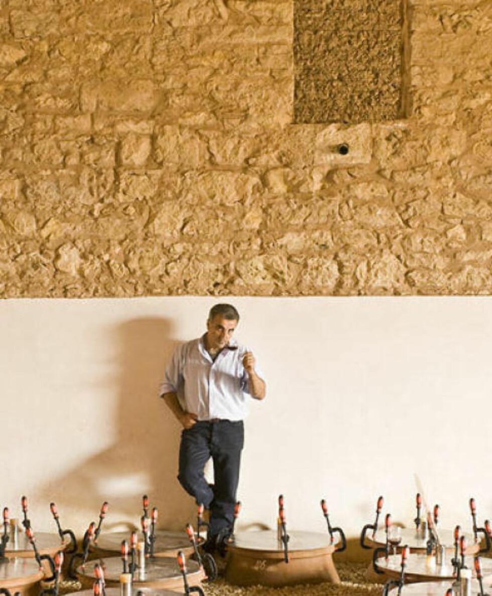 EN LITEN SMAK: Giusto Occhipinti smaker på vin laget i leirkrukker i vinkjelleren til Azienda Agricola.