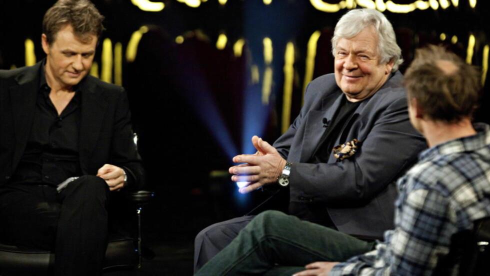 PÅ OFFENSIVEN: Den svenske skuespilleren Börje Ahlstedt holdt ingenting tilbake da han gjestet Fredrik Skavlans program torsdag. I studio var også Harald Eia. Foto: Anders Grønneberg