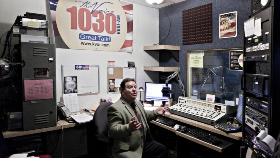 LIBERTY WATCH: På bildet er Radiovert for programmet 'liberty watch radio', Charles Heller i studio. Foto: Johannes Worsøe Berg