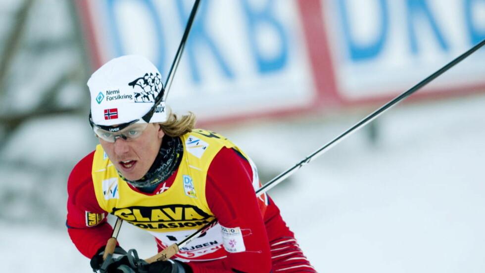 FOSSET FRA: Mikko Kokslien stakk av fra østerrikeren en kilometer før mål i lagkonkurransen. Foto: Geir Olsen / Scanpix
