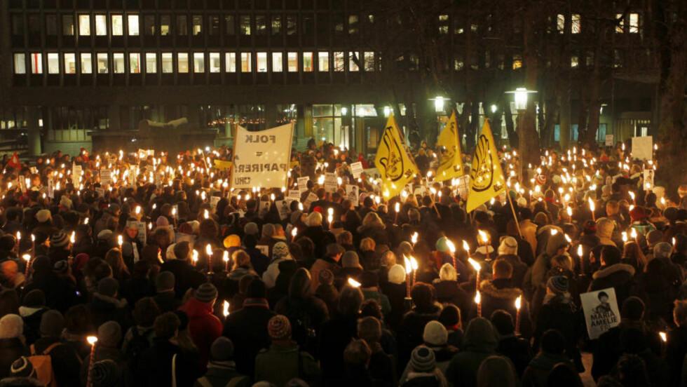 STOR STØTTE: Demonstrasjon til støtte for Maria Amelie i Oslo torsdag kveld. Innleggsforfatteren, som er lokalpolitiker for Ap, mener partiet umyndiggjør seg selv.  Foto: Scanpix