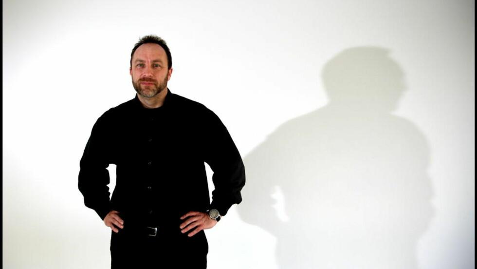 JUBILEUM: Wikipedia-grunnlegger Jimmy Wales har bygget opp en av verdens mest brukte nettsider, som nesten utelukkende er skrevet, redigert og selvstyrt av ulønnede frivillige. I dag er det ti år siden Wikipedia ble startet. Foto: Ørjan Ellingvåg