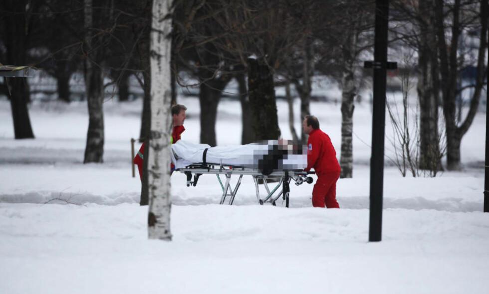 SKUDDRAMA: Tre personer ble skutt i Badeparken i Sandefjord i formiddag. En av de skadde føres bort av ambulansepersonell. Foto: Trond Reidar Teigen / Scanpix