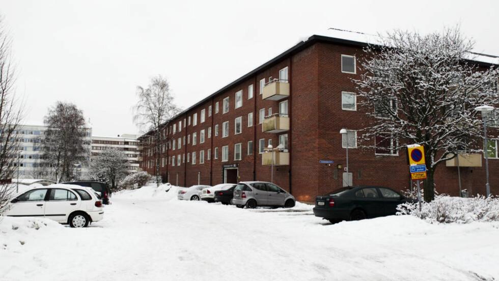 HER BODDE HAN: I dette leilighetskomplekset i Göteborg bodde den 20 år gamle irakeren som norsk politi mener var blant de som sto bak drapsforsøket på mulla Krekar for et år siden. Foto: Jan Wiriden/GT/Expressen