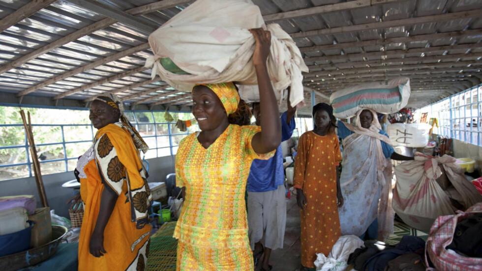 NY FRAMTID: Sør-sudanere ankommer Juba havn etter å ha dratt med båt i 17 dager fra Sudans hovedstad Khartoum. Mer enn 55.000 sør-sudanere dro fra nord til sør de siste ukene for å delta i den historiske folkeavstemningen som ble avsluttet i dag. Men mange store forhandlingsspørsmål gjenstår før Sør-Sudan kan erklæres som eget land. Foto: Benedicte Desrus/Reuters/Scanpix