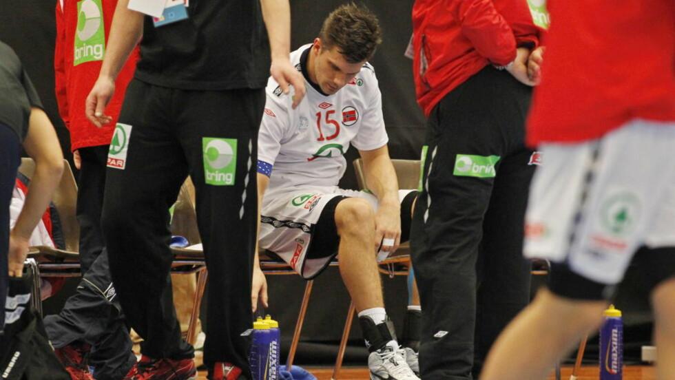 SKUFFET: Kristian Kjelling var langt nede etter tapet for Ungarn. Nå er han også blitt så syk at han ikke får trent, men han rekker trolig morgendagens kamp mot Østerrike. Foto: HÅKON MOSVOLD LARSEN/SCANPIX