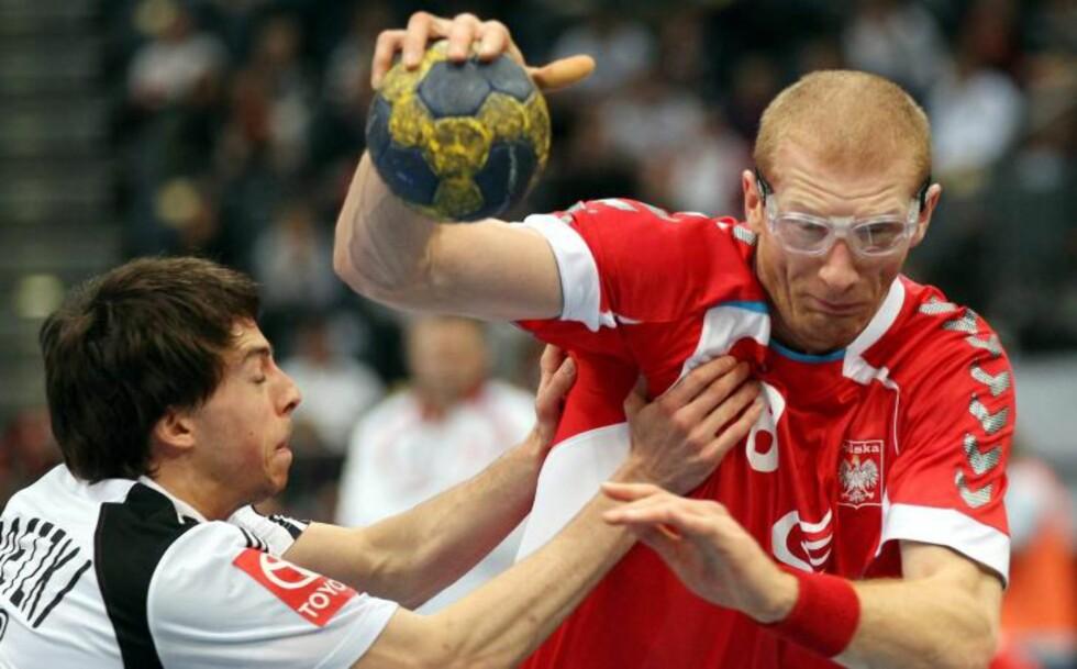 SPILLER MED BRILLER: Karol Bielecki spiller med beskyttelsesbriller. Det er bare et drøyt halvår siden han fikk en finger i øyet og ble blind på venstre side. Foto: OLIVER BERG/EPA