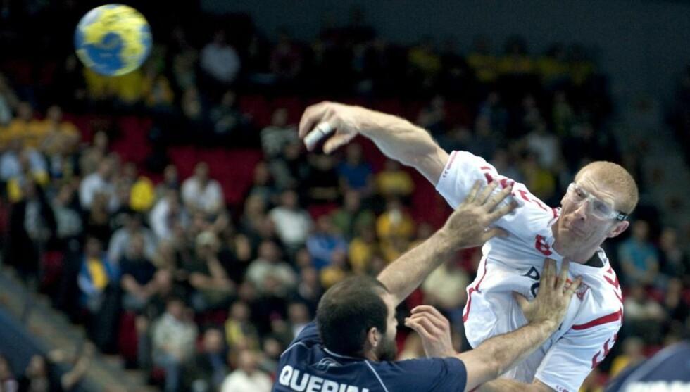 FOR ET COMEBACK: Karol Bielecki nektet å la seg knekke av øyeskaden og kom tilbake på rekordtid. Han er fortsatt en av verdens beste skyttere. Foto: BJÖRN LARSSON ROSVALL/EPA