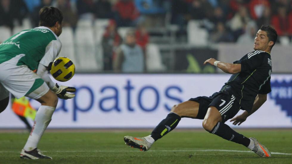 BARE NESTEN: Her er det Almeria-keeper Diego Alves som stopper Real Madrid og Cristiano Ronaldo. På overtid skjøt Ronaldo i tverrliggeren. Foto: Sergio Torres, AP/Scanpix
