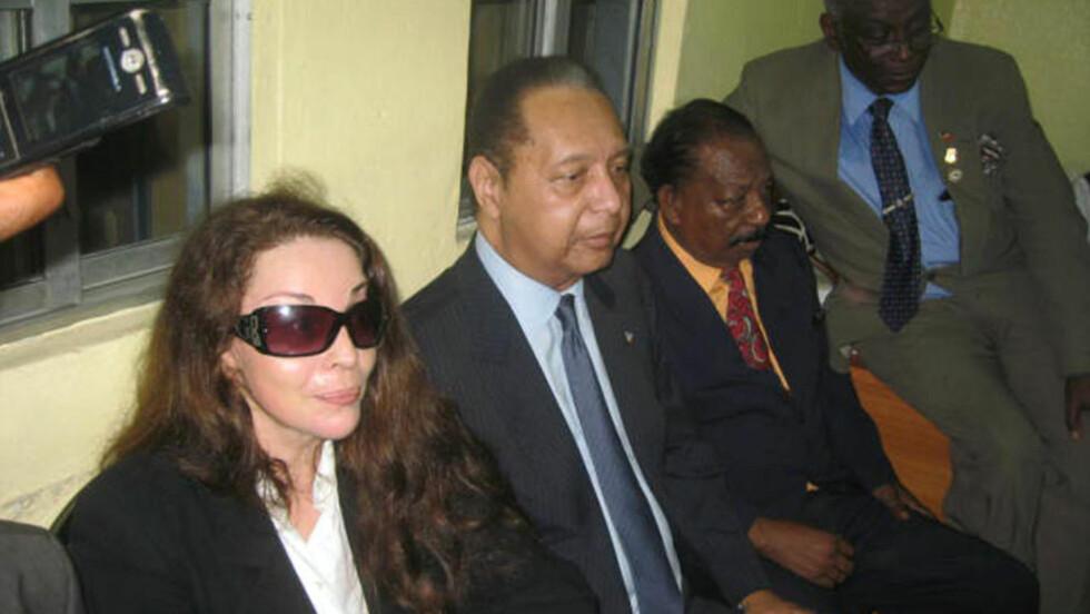 HJEMME ETTER 25 ÅR: Haitis tidligere diktator Jean-Claude «Baby Doc» Duvalier (i midten) på flyplassen i Haitis hovedstad Port-au-Prince søndag. Foto: REUTERS / St-Felix Evens / SCANPIX