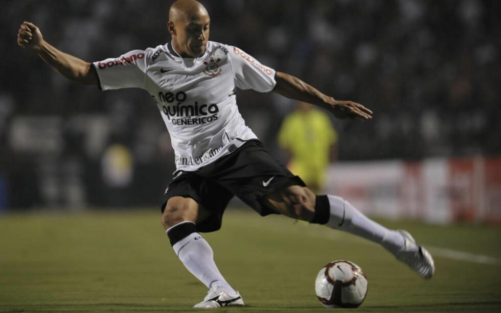 FORTSATT KRUTT I FOTEN: Roberto Carlos har blitt 37 år gammel, men Corinthians-fansen kan fortsatt glede seg over venstreslegga hans.Foto: SCANPIX/AFP/Mauricio LIMA