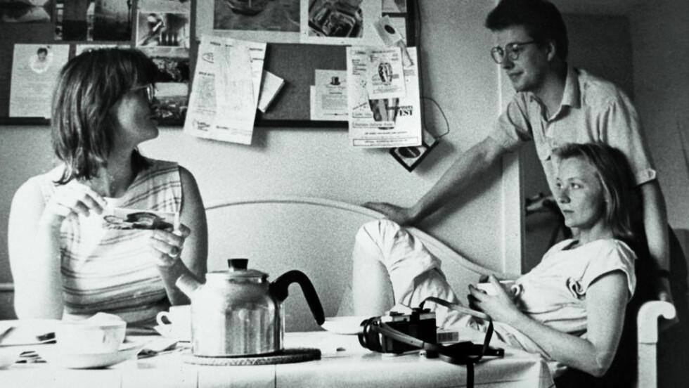 PERSONLIG: Eva Gabrielsson har skrevet en sterkt personlig bok om livet med Stieg Larsson. Her er de på kjøkkenet i leiligheten i Rinkeby, sammen med hennes søster. Foto: ANDERS GRØNNEBERG