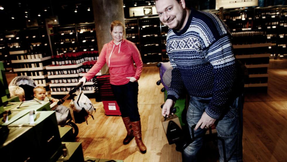 PÅ HANDEL: Vidar Haug og Emilie Schellhorn, med sønnene Emil (4) og Markus (10 mnd), ser etter gode kjøp. — Det en del av turen å gå her og titte litt, sier Emilie, før hun godkjenner Emils valg - lakrispiper. Foto: Sveinung Uddu Ystad