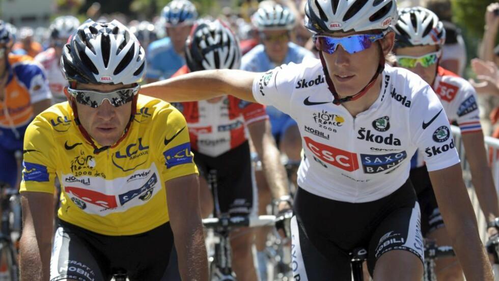 EKS-TEAM: Andy Schleck med armen rundt lagkamerat og 2008-vinner av Tour de France, Carlos Sastre.Foto: SCANPIX/EPA/NICOLAS BOUVY