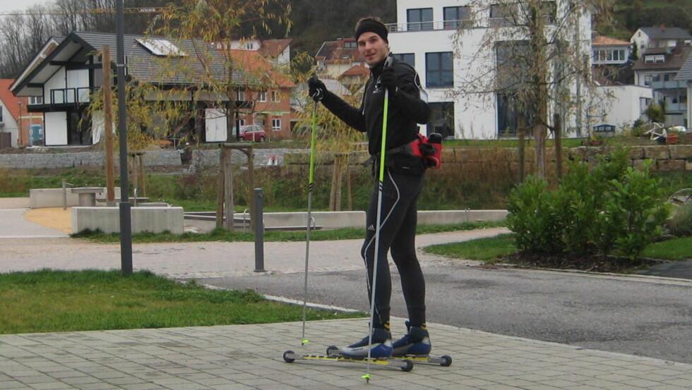 <strong>KOBLER AV PÅ RULLESKI:</strong> Bjarte Myrhols naboer i Tyskland bli overrasket når de ser ham suse forbi med på rulleski. Foto: PRIVAT