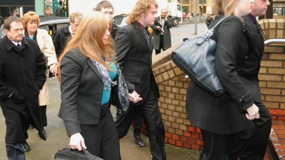 <strong>KJØRTE TIL POLITIET:</strong> Edward Woollard (18) på vei til retten etter at moren Tania Garwood hadde fått ham til å tilstå å ha kastet et brannslukningsapparat mot polititjenestemenn under en av studentdemonstrasjonene i London i høst. Nå er han dømt til lang fengselsstraff. Foto: Scanpix