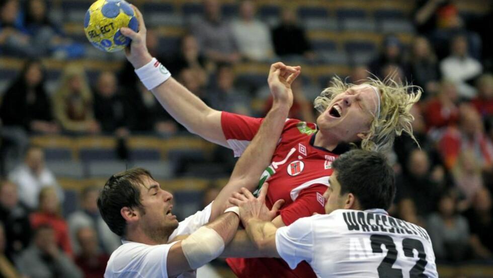 FIKK JULING: Erlend Mamelund blir her slått i ansiktet av Bernd Friede. Soleklart rødt, mener Mamelund. Foto: JANERIK HENRIKSSON/SCANPIX