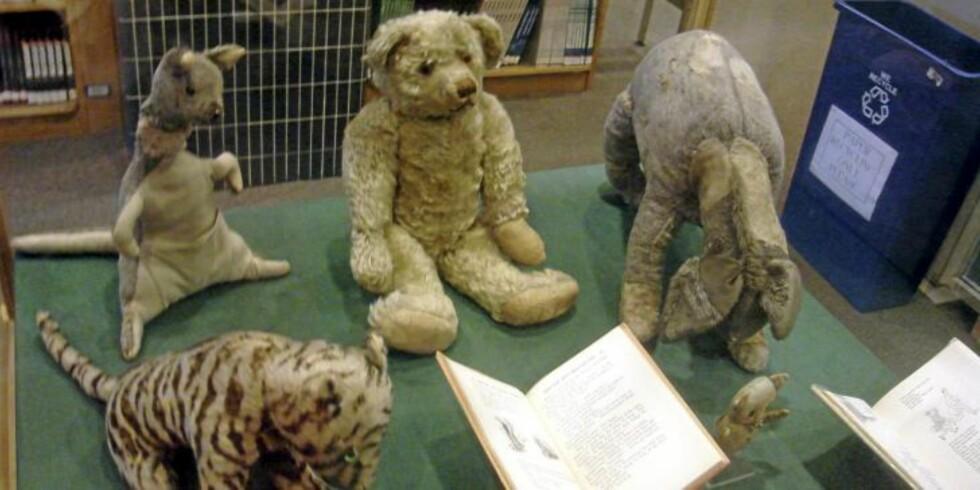 OLE BRUMM OG VENNENE: De originale tøydokkene som dannet grunnlaget for figurene i bøkene om Ole Brumm. Foto: Wikimedia Commons