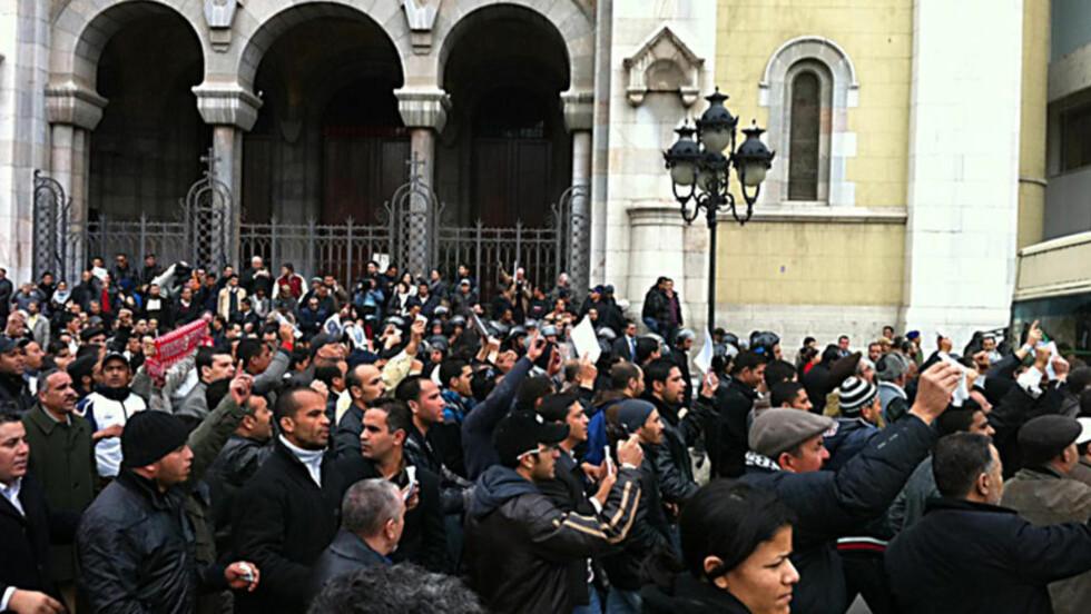 DEMONSTRASJON: Det er harde sammenstøt i Tunis i dag. Foto: Jacques Hvistendahl (Dagbladet)