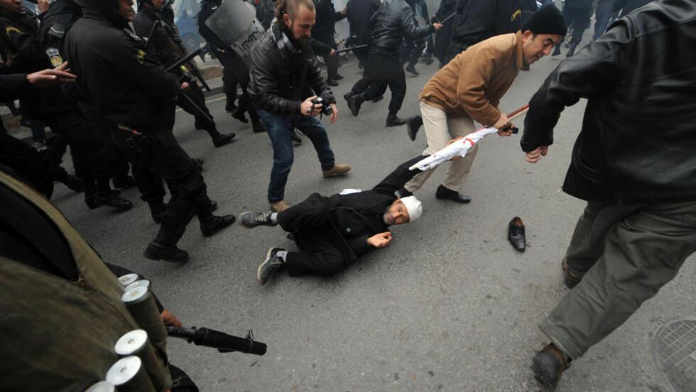 MØTT MED KØLLER OG TÅREGASS: Demonstranter som mener for mange fra det gamle regimet klamrer seg til makten, ble tirsdag på ny møtt med tåregass og politikøller i hovedstaden Tunis. Foto: SCANPIX/AFP
